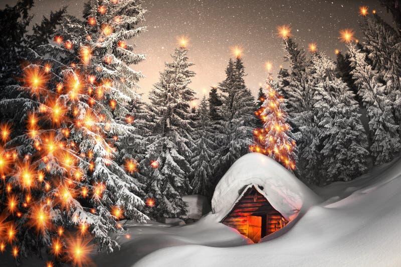 Χιονισμένο σπίτι παραμυθιού στα βουνά στοκ εικόνα