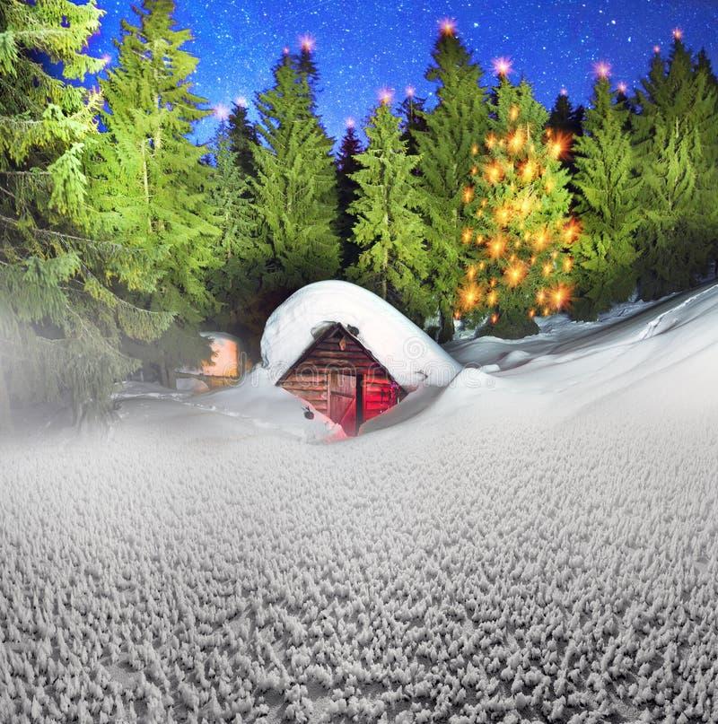 Χιονισμένο σπίτι παραμυθιού στα βουνά στοκ εικόνες με δικαίωμα ελεύθερης χρήσης