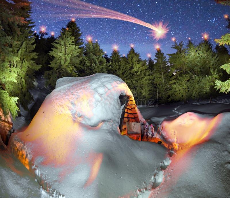Χιονισμένο σπίτι παραμυθιού στα βουνά στοκ φωτογραφία με δικαίωμα ελεύθερης χρήσης