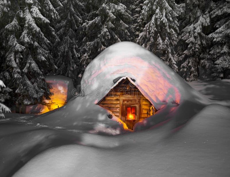 Χιονισμένο σπίτι παραμυθιού στα βουνά στοκ φωτογραφίες με δικαίωμα ελεύθερης χρήσης