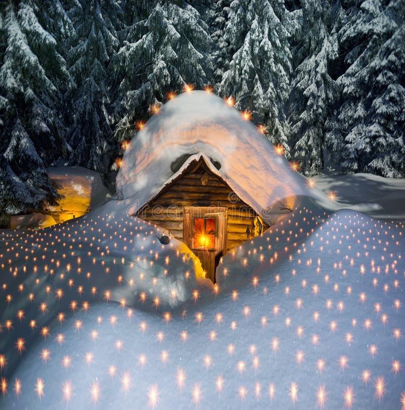 Χιονισμένο σπίτι παραμυθιού στα βουνά στοκ εικόνα με δικαίωμα ελεύθερης χρήσης
