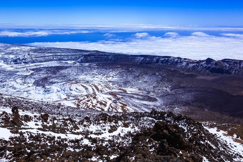Χιονισμένο τοπίο βουνών, άποψη του δύσκολου τοπίου από την κορυφή του βουνού, ηφαίστειο, σύννεφα στοκ εικόνες