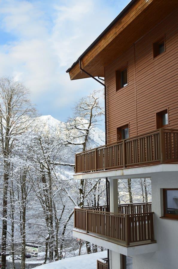 Χιονοδρομικό κέντρο Rosa Khutor του Sochi Ολυμπιακό χωριό, χειμερινό τοπίο έξω από το παράθυρο στοκ εικόνες