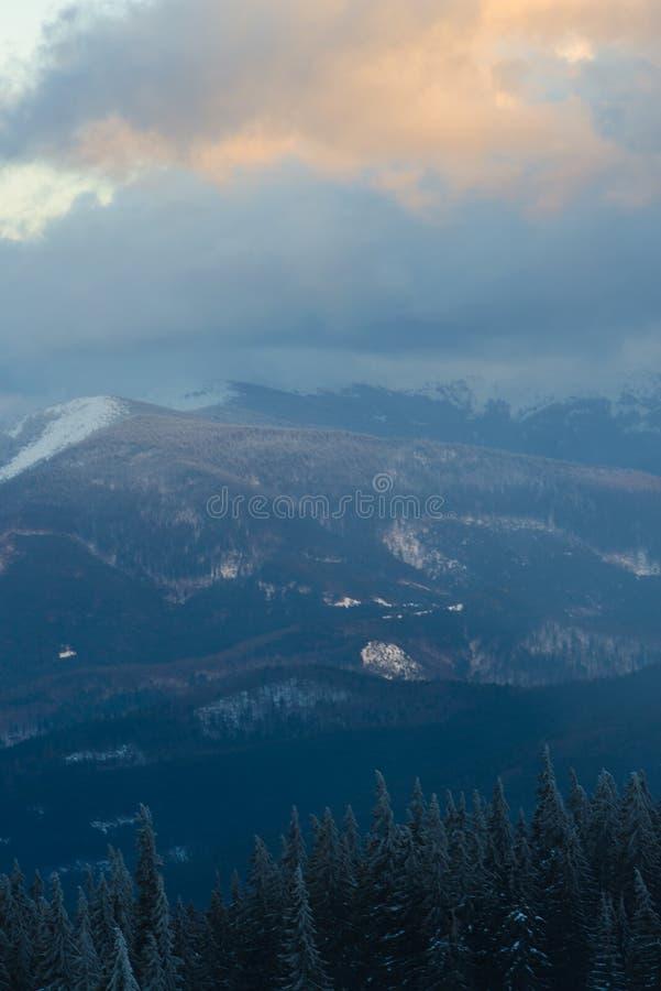 Χιονοθύελλα στα χειμερινά βουνά κατά τη διάρκεια του ηλιοβασιλέματος στοκ φωτογραφία με δικαίωμα ελεύθερης χρήσης