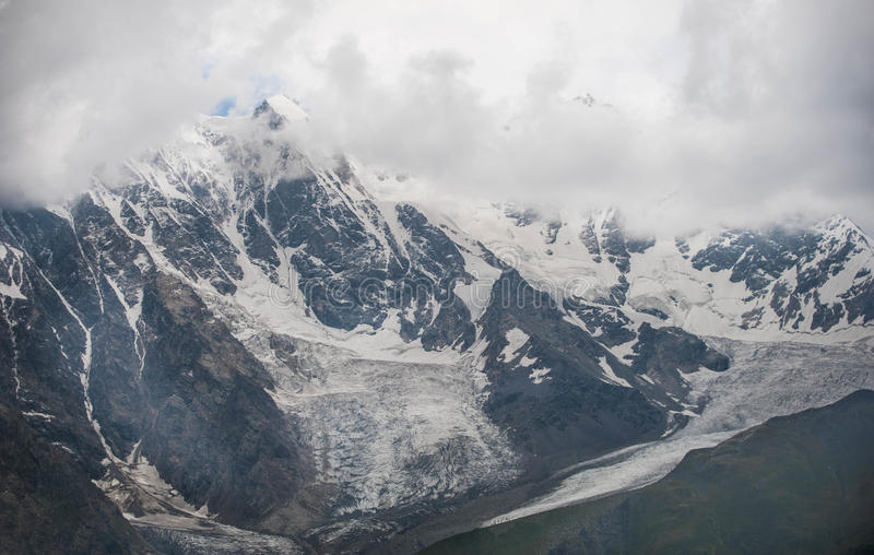 Χιονοσκεπή βουνά στη Γεωργία στοκ εικόνες