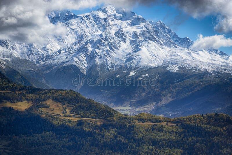 Χιονοσκεπή βουνά στη Γεωργία στοκ φωτογραφίες