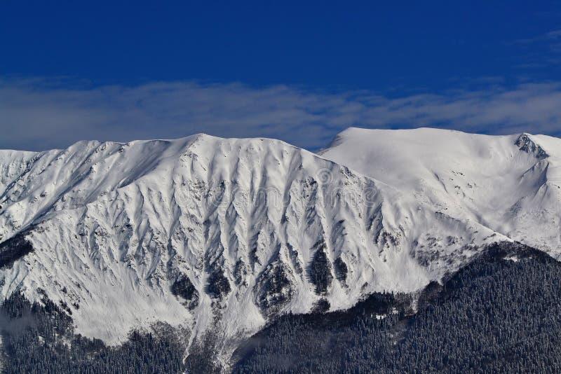 Χιονοσκεπείς αιχμές του Καύκασου στοκ φωτογραφία με δικαίωμα ελεύθερης χρήσης