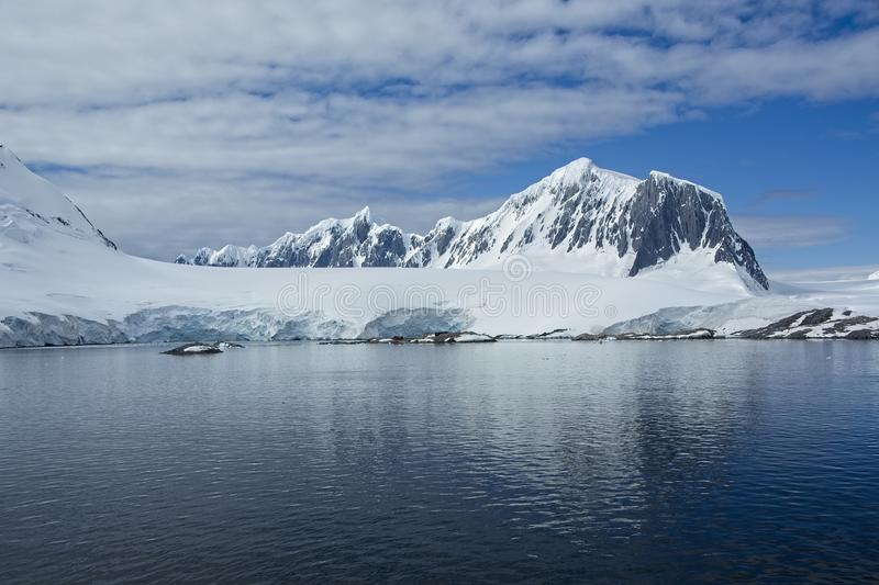 Χιονοσκεπείς βουνό και παγετώνας στην Ανταρκτική στοκ φωτογραφίες