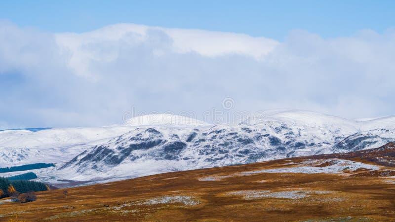Χιονοσκεπείς λόφοι σε Ciarngorms στοκ φωτογραφίες με δικαίωμα ελεύθερης χρήσης