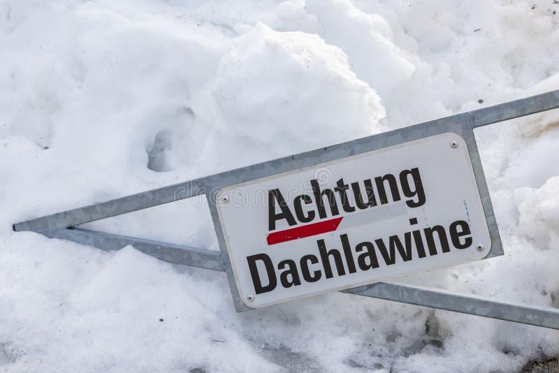 Χιονοστιβάδα Αυστρία στεγών προειδοποιητικών σημαδιών στοκ φωτογραφίες με δικαίωμα ελεύθερης χρήσης