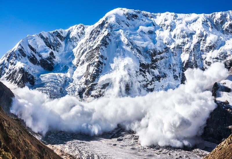 Χιονοστιβάδα στον Καύκασο στοκ εικόνες με δικαίωμα ελεύθερης χρήσης