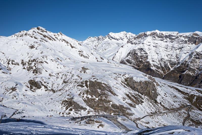 Χιονοδρομικό κέντρο Gedre Gavarnie που βλέπει από το PIC Mourgat στοκ εικόνες