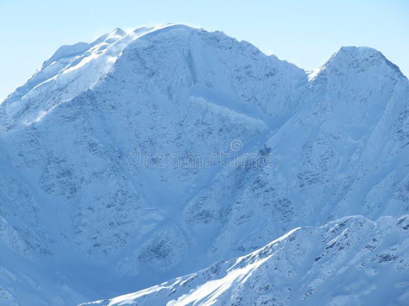 Χιονώδεις αιχμές του υποστηρίγματος, παγετώνας επτά μια φωτεινή ασυννέφιαστη ημέρα στοκ φωτογραφίες με δικαίωμα ελεύθερης χρήσης