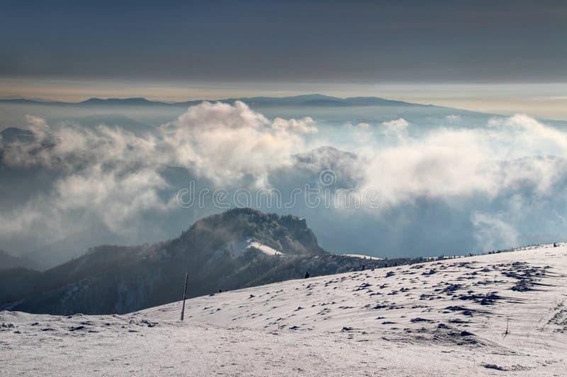 Χιονώδεις μεγάλες αιχμές και κλίσεις Fatra στη Σλοβακία στην υδρονέφωση πρωινού στοκ φωτογραφία με δικαίωμα ελεύθερης χρήσης