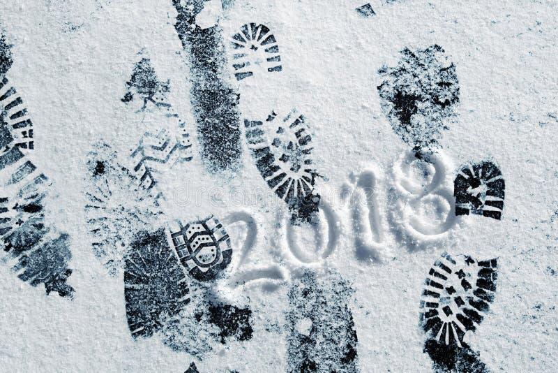 Χιονώδεις τυπωμένες ύλες παπουτσιών με το νέο μήνυμα έτους 2018 στοκ φωτογραφία
