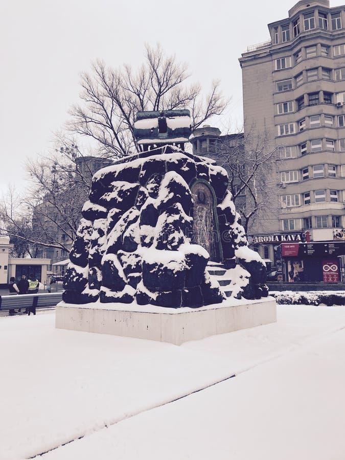 Χιονώδες μνημείο ενός χιονώδους κανόνα μπροστά από το σταθμό μετρό οπλοστασίων - Kyiv - Ουκρανία στοκ εικόνα με δικαίωμα ελεύθερης χρήσης