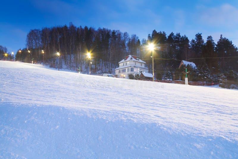 Χιονώδες να κάνει σκι θέρετρο dusk στοκ φωτογραφία με δικαίωμα ελεύθερης χρήσης