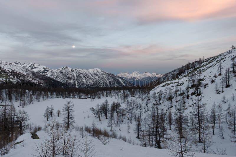 Χιονώδες πανόραμα του Val Bognanco που ανοίγει πίσω από Domodossola, στο υπόβαθρο το φεγγάρι Piedmont στοκ φωτογραφίες με δικαίωμα ελεύθερης χρήσης