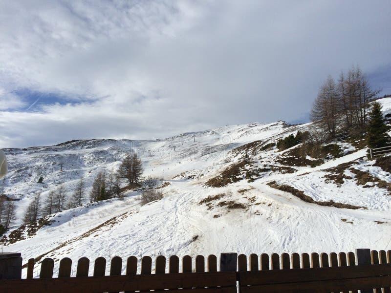 Χιονώδες τοπίο βουνών στο vipiteno στο alto trentino adige στοκ εικόνα