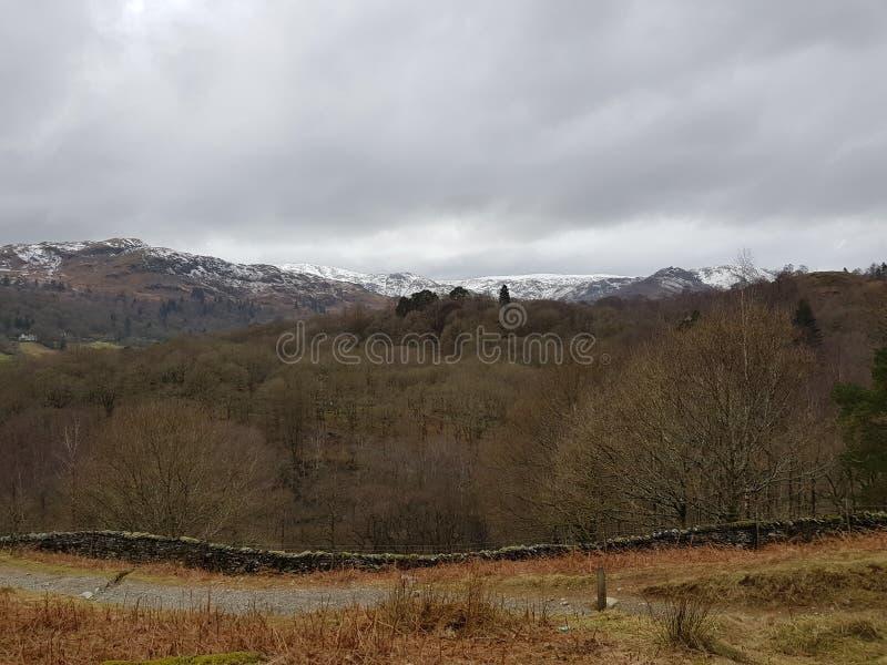 Χιονώδης άποψη λόφων στην περιοχή λιμνών στοκ εικόνα