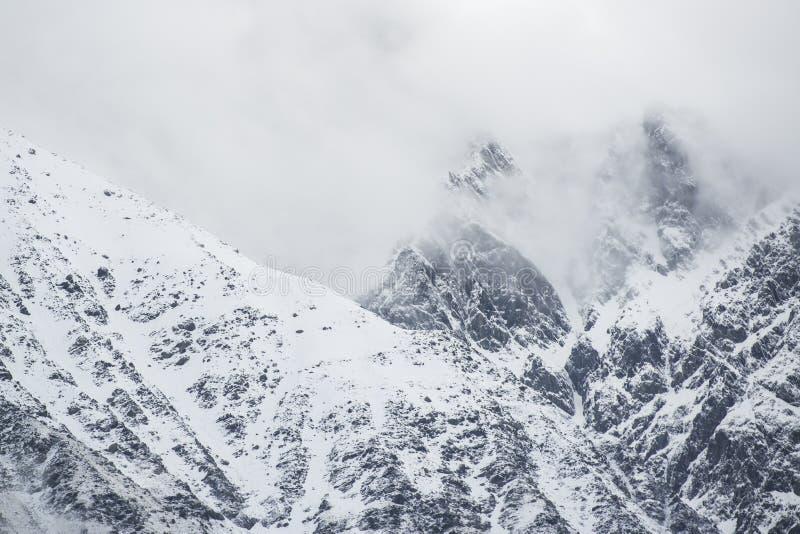 Χιονώδης αιχμή στα σύννεφα στοκ φωτογραφία με δικαίωμα ελεύθερης χρήσης
