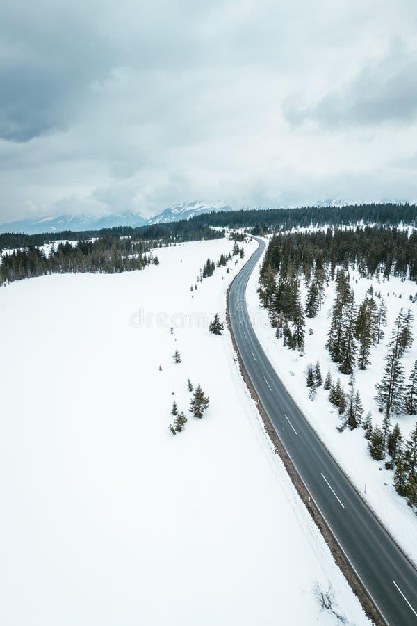 Χιονώδης δρόμος μέσω των αυστριακών ορών στοκ φωτογραφίες