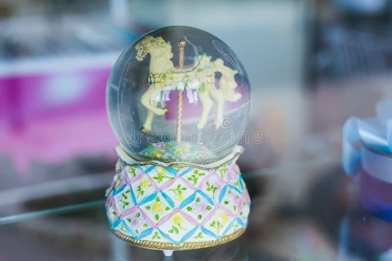 Χιονώδης σφαίρα γυαλιού με το άλογο παιχνιδιών μέσα στοκ εικόνες