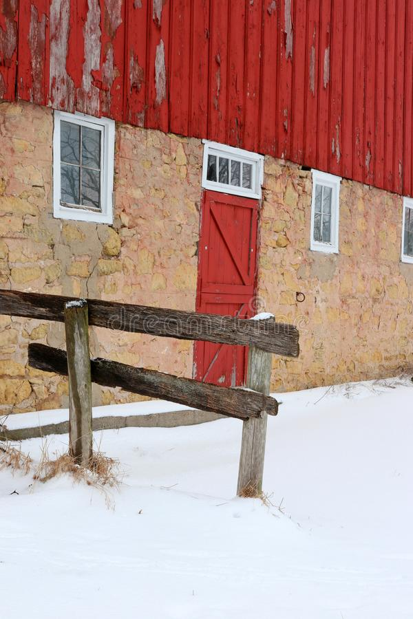 Χιονώδης χειμερινή άποψη με την κόκκινη σιταποθήκη στοκ φωτογραφία με δικαίωμα ελεύθερης χρήσης
