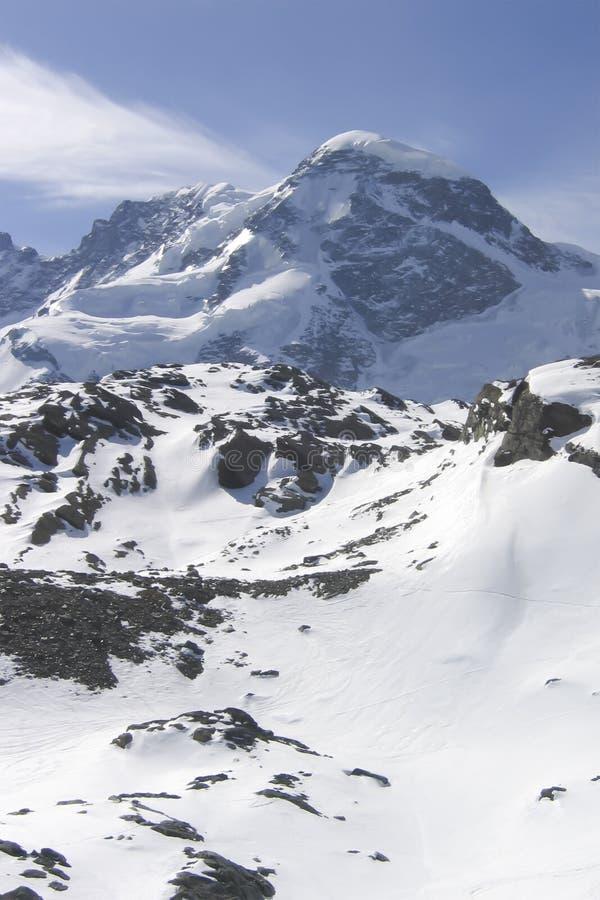 Χιονώδη βουνά στην μπλε ελαφριά ομίχλη ενός παγωμένου πρωινού στοκ φωτογραφίες