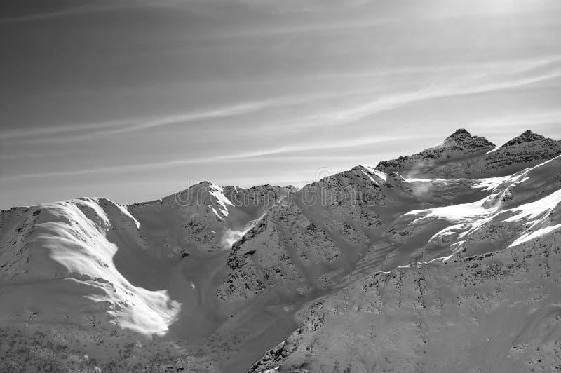 Χιονώδη βουνά φωτός του ήλιου στο συμπαθητικό βράδυ, άποψη από από το piste SL στοκ φωτογραφία με δικαίωμα ελεύθερης χρήσης
