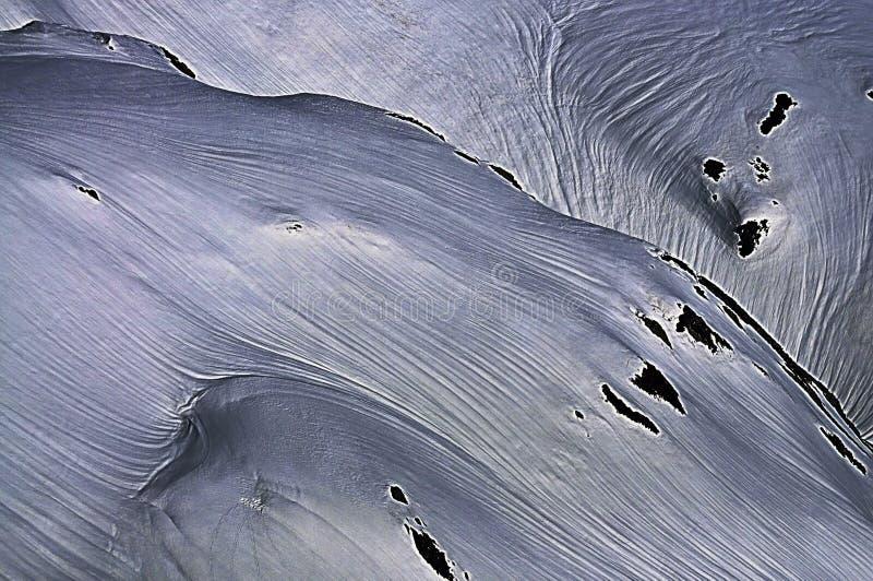 Χιονώδεις αιχμές βουνών με τις γραμμές στοκ εικόνα
