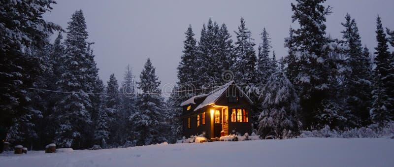 Χιονώδες μικροσκοπικό σπίτι στοκ εικόνες