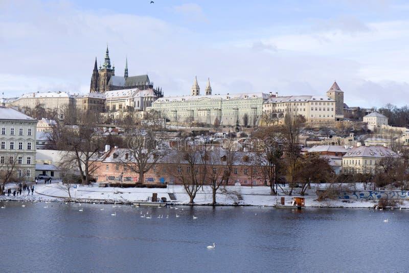 Χιονώδες πάγωμα Πράγα μικρότερη πόλη με το γοτθικό Castle, Τσεχία στοκ φωτογραφία