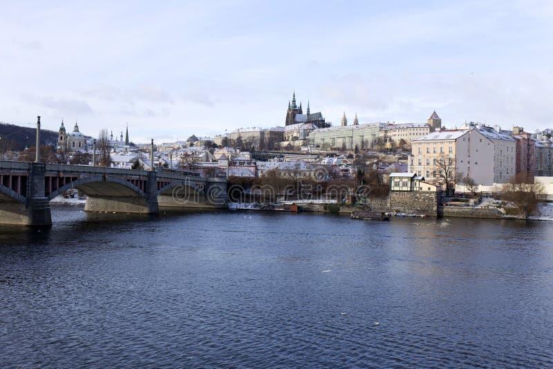 Χιονώδες πάγωμα Πράγα μικρότερη πόλη με το γοτθικό Castle, Τσεχία στοκ εικόνα