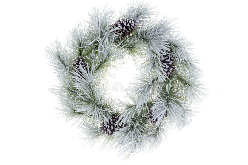 Χιονώδες παγωμένο φυσικό στεφάνι Χριστουγέννων πεύκων στοκ φωτογραφία με δικαίωμα ελεύθερης χρήσης