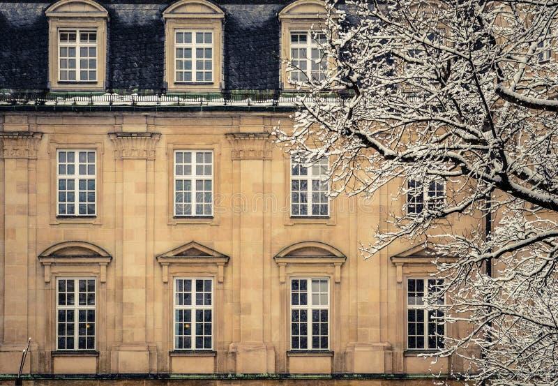 Χιονώδες σπίτι μεγάρων πολυτέλειας στοκ εικόνες με δικαίωμα ελεύθερης χρήσης