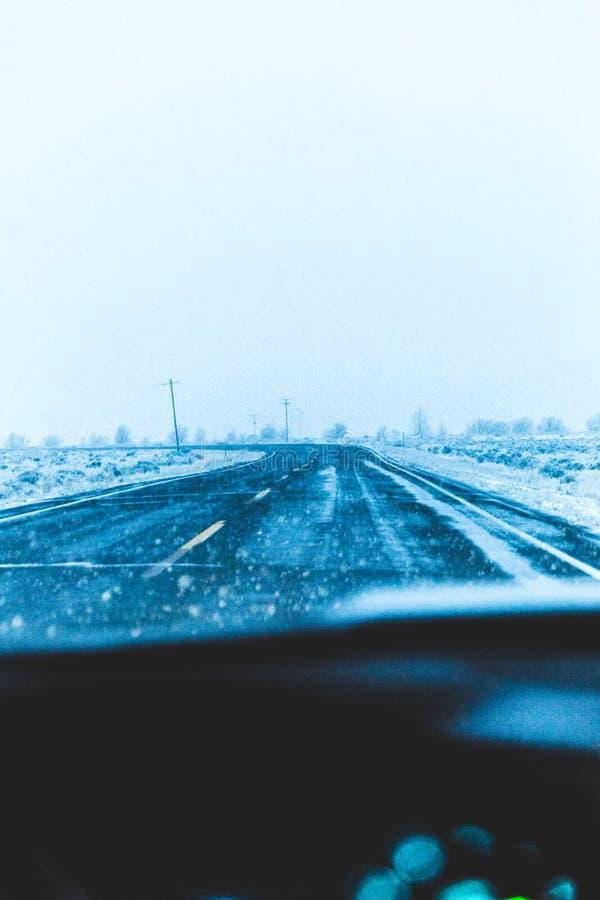 Χιονώδης εθνική οδός από μια άποψη οδηγών στοκ εικόνες