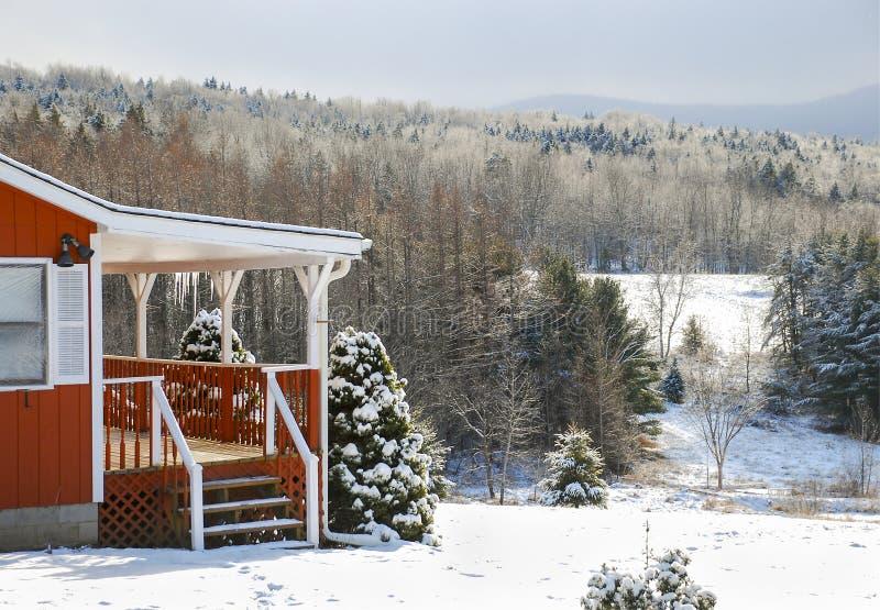 Χιονώδης ημέρα χειμερινών εξοχικών σπιτιών στα βουνά στοκ εικόνες με δικαίωμα ελεύθερης χρήσης