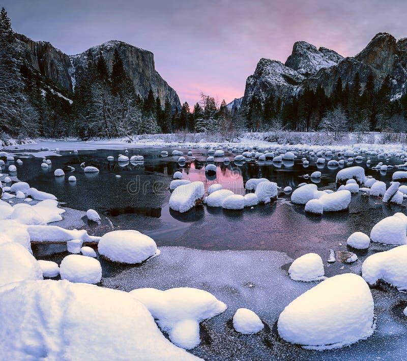 Χιονώδης κοιλάδα στοκ φωτογραφία