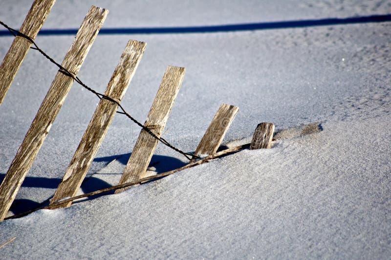 Χιονώδης ξύλινος φράκτης στοκ εικόνα