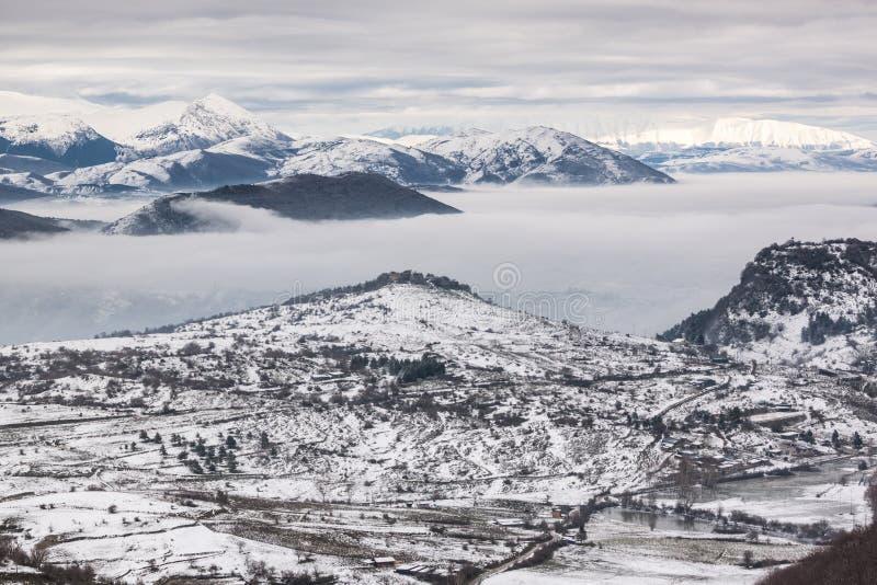 Χιονώδη βουνά με την ομίχλη στοκ εικόνες