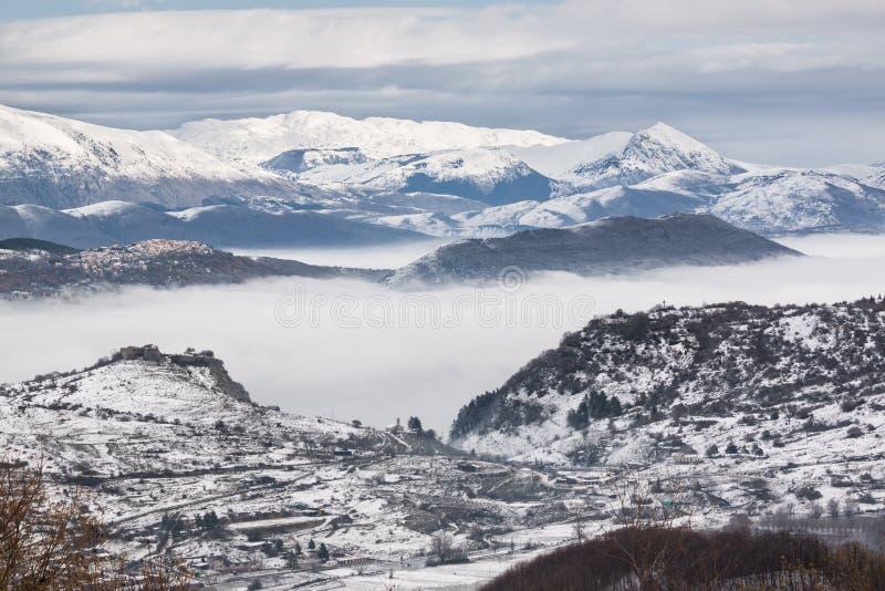 Χιονώδη βουνά με την ομίχλη στοκ φωτογραφία με δικαίωμα ελεύθερης χρήσης