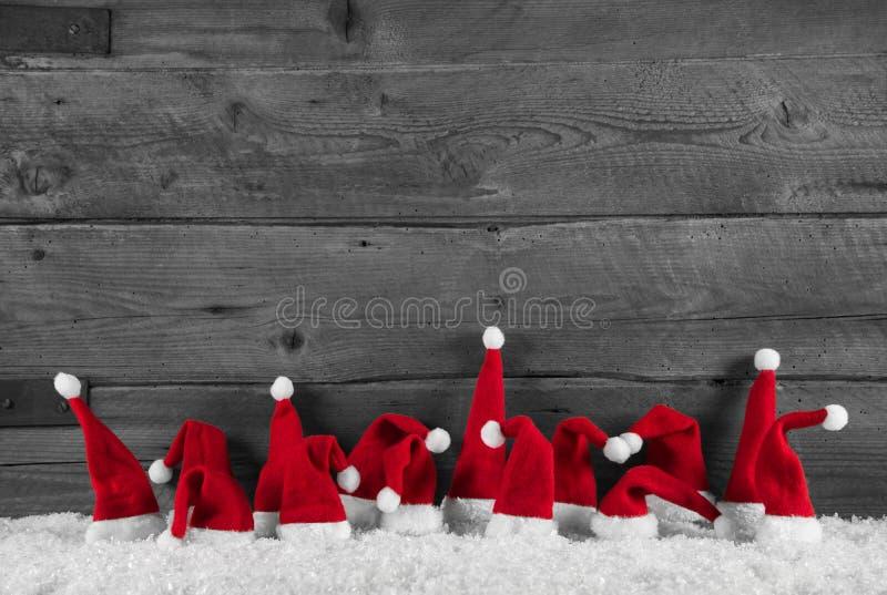 Χιουμοριστικά κόκκινο, γκρίζο και άσπρο ξύλινο υπόβαθρο Χριστουγέννων με στοκ φωτογραφίες