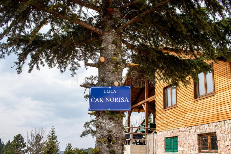 Χιουμοριστικό βουκολικό οδικό σημάδι οδών του Τσακ Νόρις βουνών στοκ εικόνα με δικαίωμα ελεύθερης χρήσης