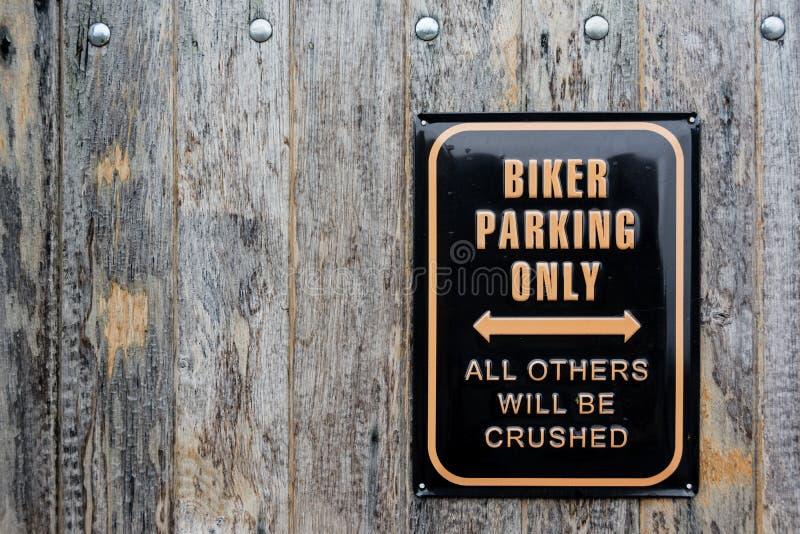 Χιουμοριστικό σημάδι για το χώρο στάθμευσης ποδηλατών στοκ φωτογραφία με δικαίωμα ελεύθερης χρήσης