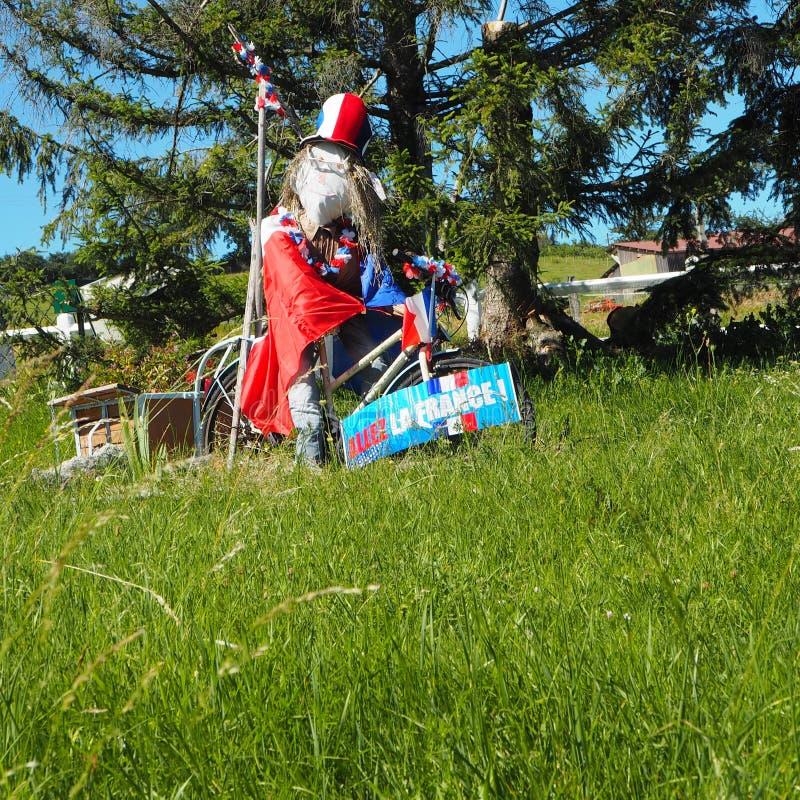 Χιουμοριστικό σκιάχτρο κατά τη διάρκεια του ποδοσφαίρου Παγκόσμιου Κυπέλλου σε έναν ιδιωτικό κήπο Monts du Lyonnais, Γαλλία στοκ εικόνες