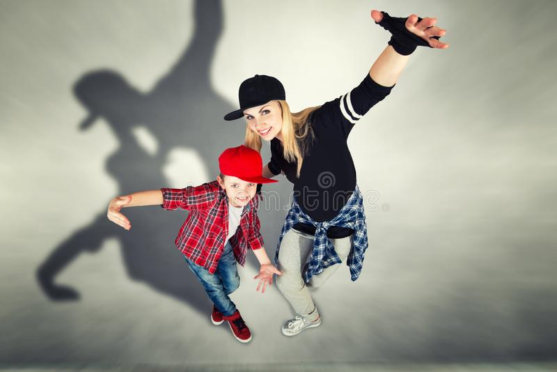 Χιπ-χοπ χορού μητέρων και γιων lifestyle urban Παραγωγή χιπ-χοπ στοκ φωτογραφία με δικαίωμα ελεύθερης χρήσης