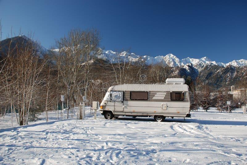 χιόνι κλάσης motorhome στοκ φωτογραφία με δικαίωμα ελεύθερης χρήσης