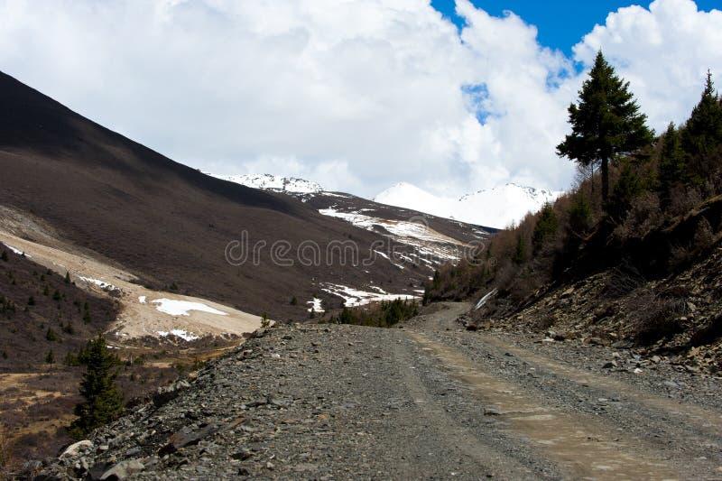 Χιόνι οδικού ουρανού βουνών στοκ φωτογραφίες