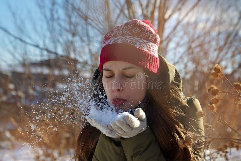 χιόνι παιχνιδιού κοριτσιών στοκ εικόνα